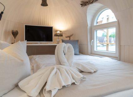 Schlafzimmer mit TV und Schwänen