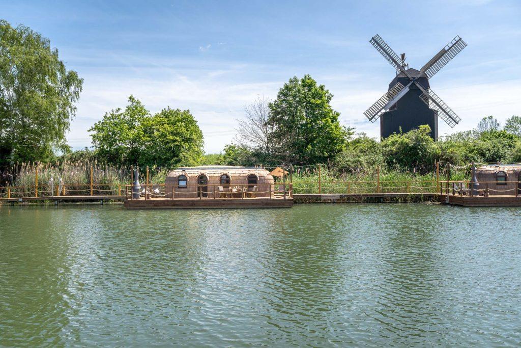 Iglu auf dem Wasser mit Windmühle